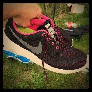 Black Nike sneakers barely worn